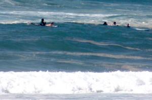 Intervention de 4 surfeurs sur 2 nageurs en avant saison sur la plage de Lacanau Océan.